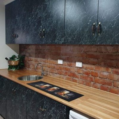 Finished bar with printed glass splashback